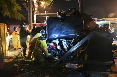 Camioneta chocó contra dos columnas de la ANDE y ocupantes quedaron atrapados