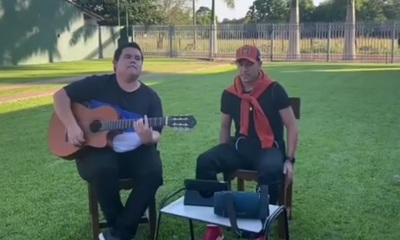 Nestor Camacho mostró sus dotes de cantante