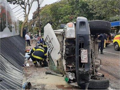 Triple choque deriva en el vuelco de una ambulancia y seis personas quedan heridas