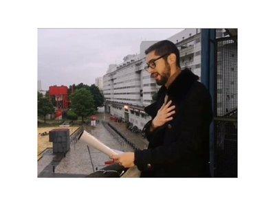 Causa furor cantando desde su balcón en París