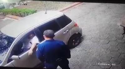 HOMBRE INTENTÓ SOBORNAR A LA POLICÍA PARA QUE ARRESTEN A SU ESPOSA
