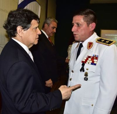 El Comandante de Policía fue confirmado en su cargo y ascendido al inmediato grado superior.