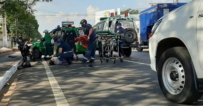 Motociclista embiste por atrás a un colectivo