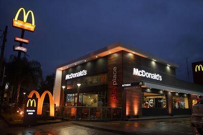 McDonald's realiza alianza con supermercados para compartir colaboradores