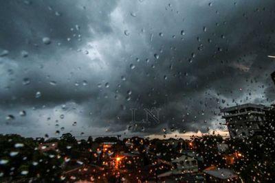 Lluvias y tormentas afectarán once departamentos y traerán descenso de la temperatura