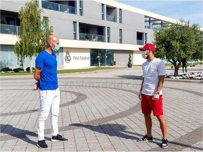 Zidane charló con sus jugadores manteniendo distancia de seguridad