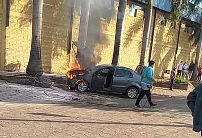 Automóvil, presumiblemente perteneciente a una agente fiscal, es consumido por las llamas