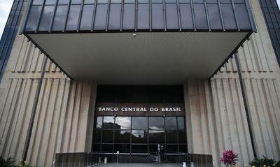 Brasil recorta tasa de interés más de lo esperado a mínimo récord de 3%