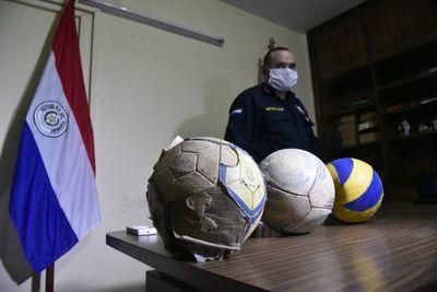 Arrestan a cinco hombres por jugar fútbol en la Chacarita