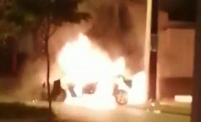 HOY / Joven quemó su vehículo frente al negocio de su padre