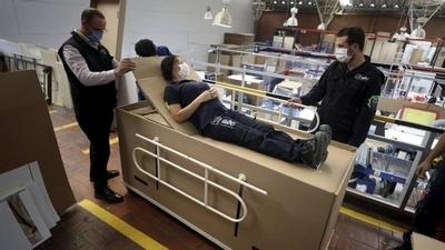 HOY / Empresa colombiana diseña una cama hospitalaria de cartón que se transforma en ataúd