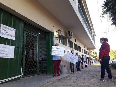 Continúa manifestación contra supuesta discriminación en Hospital de Limpio