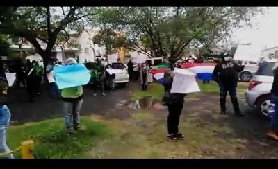HOY / Pobladores protestan contra polémico concejal Zarate, salvado de sanción por la Junta Municipal