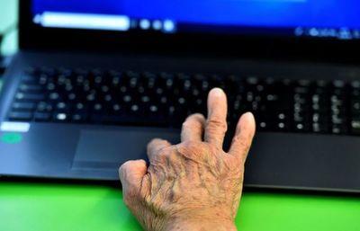 Ancianos confinados se suben al tren de la tecnología durante la pandemia