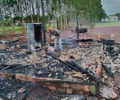 Incendio convierte en cenizas una casa
