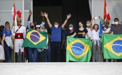 HOY / Una vez más, Bolsonaro burla al coronavirus: acude a manifestación con ministros y destaca aglomeración