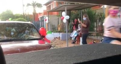 La mamá guazú recibió saludos en caravana de vehículos