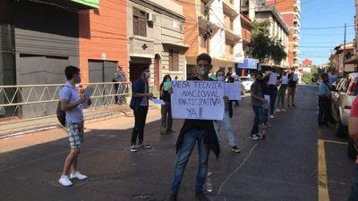 Estudiantes secundarios se manifiestan frente al MEC