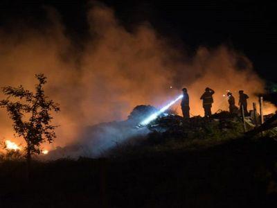 Bomberos controlan incendio de basural en Bañado Tacumbú