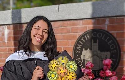 Joven destacada que vendía jabones en bicicleta se recibió en el Smith College de EE.UU