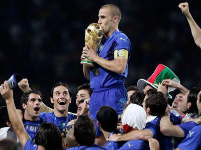 Cannavaro recuerda una desgracia con el trofeo más preciado del mundo