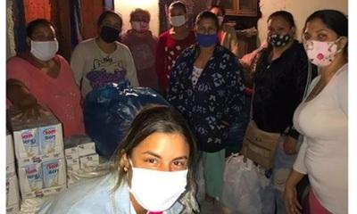 Elena De Troya entregó víveres a familias carenciadas