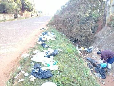 Tiran basuras en la calle