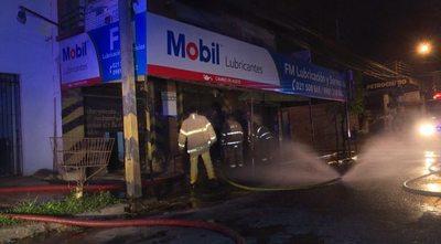 Pérdidas millonarias en incendio de local comercial