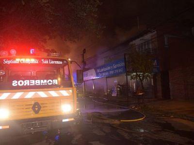 Incendio afecta a taller de mantenimiento