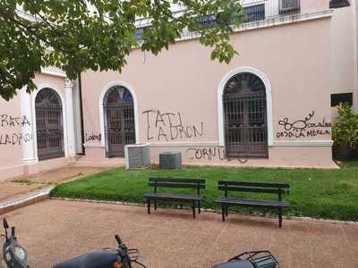 Concepción: Sede de la municipalidad amanece grafiteada