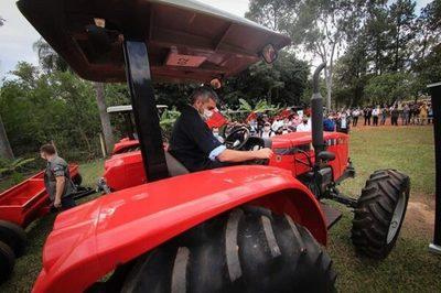 Empresa entrega tractores al sector del campo
