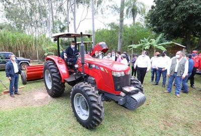 Itaipú entrega maquinarias para impulsar y mejorar la agricultura de conservación en Guairá y Paraguarí