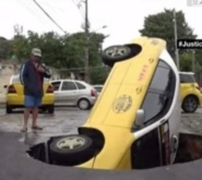 Cráter se traga un taxi entero en Asunción