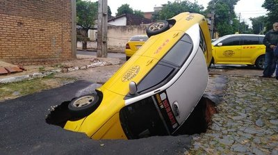 Un taxi fue tragado por un cráter en Asunción