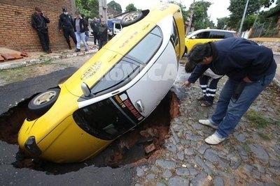 (VIDEO) Taxista cayó a un feroz bache
