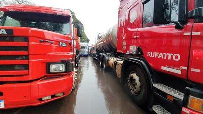 Inoperancia de la Caminera permite peligrosa doble fila de camiones