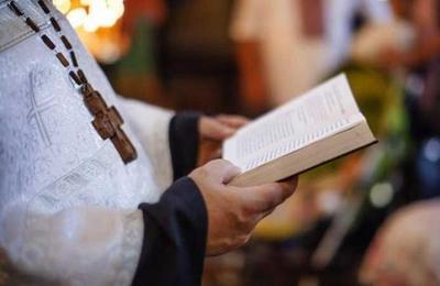 El curioso método de un sacerdote para bendecir en medio de la cuarentena