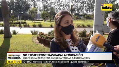 Profesora brasileña entrega tareas a estudiantes