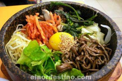 El arroz coreano es un plato completo y nutritivo que puedes preparar en poco tiempo con carne, huevo y verduras