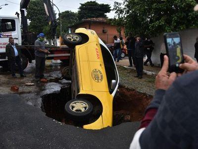 Precaria obra genera accidente tras lluvia