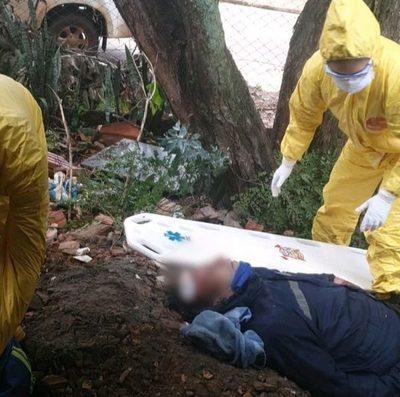 Hombre cae desde un árbol y sufre lesiones