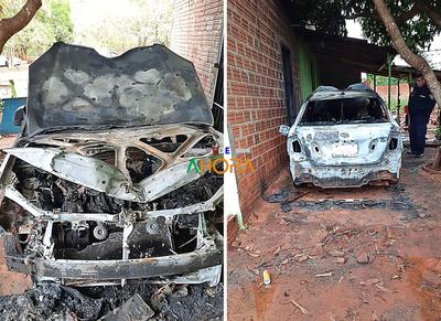 Auto ardió en llamas por problemas eléctricos