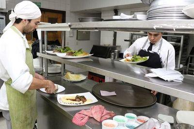 ¡Habrá diálogo! Sector gastronómico anuncia importante reunión con Salud Pública