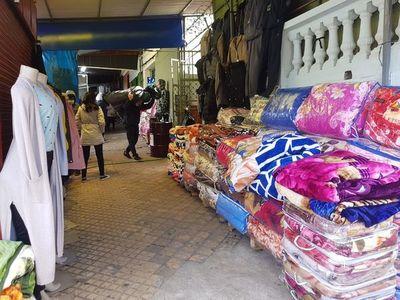 Bajas temperaturas hacen repuntar venta de abrigos en el Mercado 4
