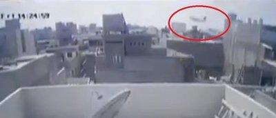 Revelan imágenes del accidente aéreo en Pakistán