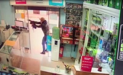 Comerciante queda grave tras enfrentamiento a tiros con asaltante