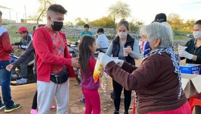 Gabi Wolscham y su maquillador llevaron merienda a los niños de Cateura