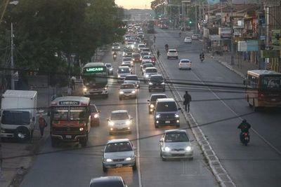 Miles de vehículos ingresan a Asunción en inicio de segunda fase