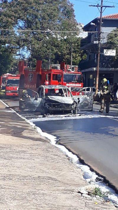 Auto se prende fuego en Fernando de la Mora