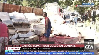 Camión repartidor de vinos volcó contra cementerio de Lambaré
